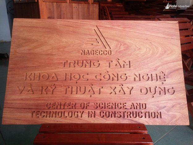 Làm bảng hiệu gỗ thông