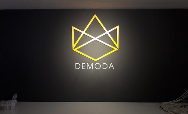 Làm chữ nổi Mica Logo DEMODA