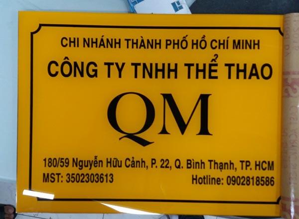 Làm bảng hiệu mica công ty thể thao QM
